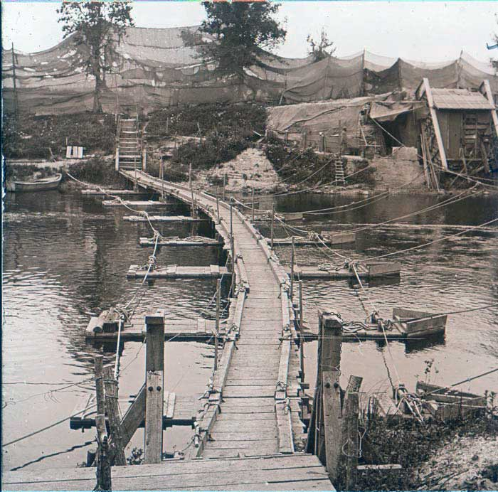 Passerelle-détruite-sur-la-Meuse