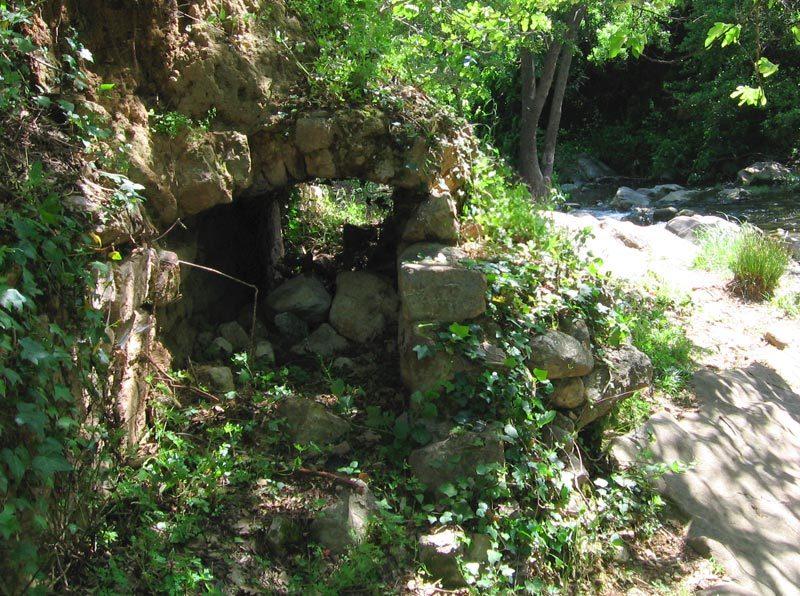 Les vestiges du canal de l'enclos.