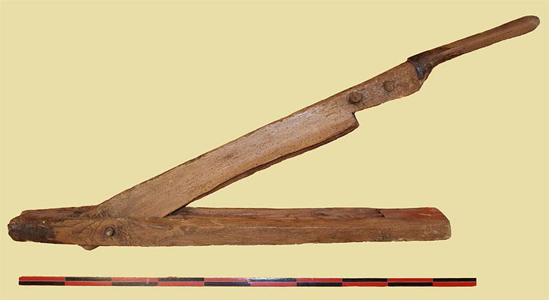 Broie à chanvre en bois.