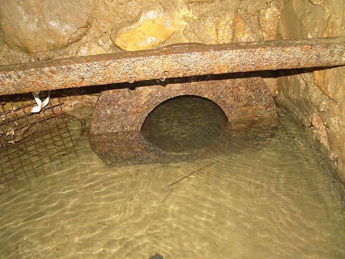 Source Nègre, Tuyau en fonte