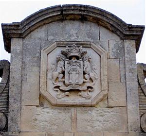 Château de Solliès-Pont : le linteau du portail d'entrée ouest