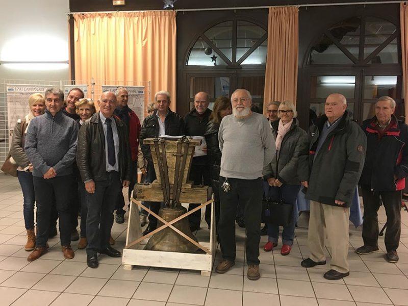 Vernissage Belgentier,Les notables devant la cloche.
