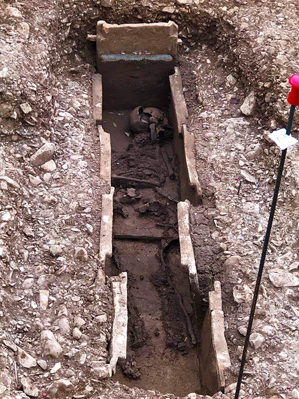 Inhumation en coffrage de tuile F1, fouilles des Laugiers Sud.