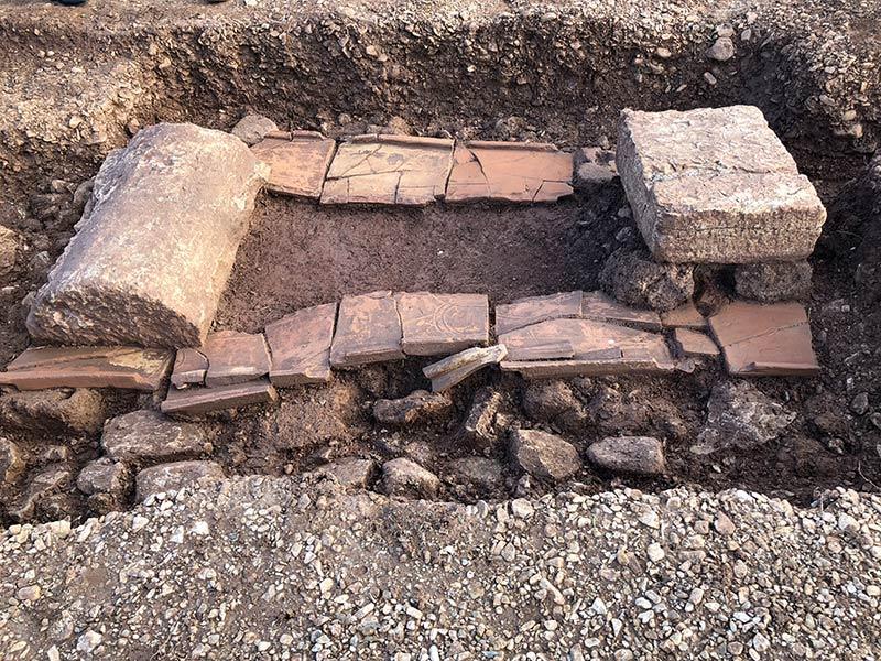 Un bloc chaperon, fouilles des Laugiers Sud.
