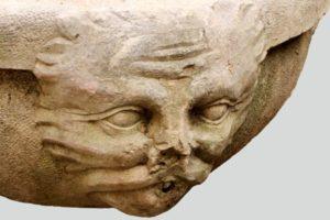Détail de sculpture de la fontaine, rond-point du château, Solliès-Pont.