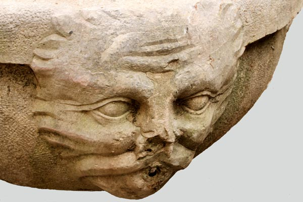 Détail de sculpture de la fontaine, rond-point du château.